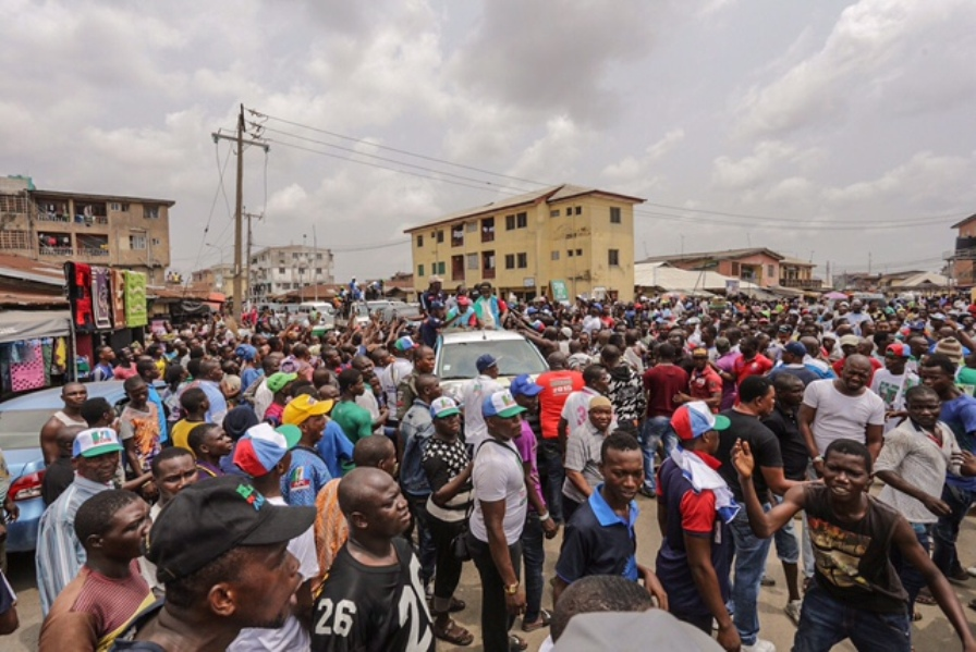 A cross section of Lagosians showing their love for Ambode at Itire